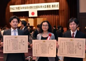 文部科学省での表彰式。(右)市川浩樹氏,(中)小田木洋子氏,(左)津川卓也氏