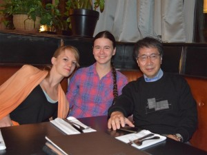 モスクワでの晩餐会で入舩センター長と談笑するGRCの長期受入学生