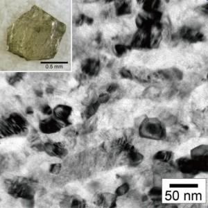 透光性の高い試料の透過電子顕微鏡像。50nm以下の微細ダイヤモンド結晶の集合体