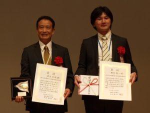 野村龍一GRC研究員(右)と、学会賞受賞者の清水克哉大阪大学教授